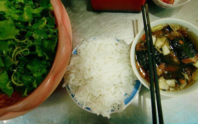Bún chả kẹp que tre Hà Nội Bún chả là một trong những món ăn quen thuộc với người dân Hà Thành. Không chỉ hương vị thơm ngon, mà từ khâu chế biến, món ăn đã quyến rũ nhiều thực khách bởi âm thanh xèo xèo của miếng chả que tre trên bếp than đỏ tỏa ra mùi thơm nức. Món ăn giản dị, thấm đượm cái hồn của ẩm thực làng quê miền Bắc này là thứ quà mà ai đến thủ đô cũng nên thử một lần.