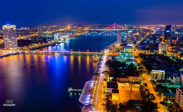 Đà Nẵng nổi tiếng với những cây cầu cùng hệ thống đèn lung linh, huyền ảo. Ảnh: BQ.
