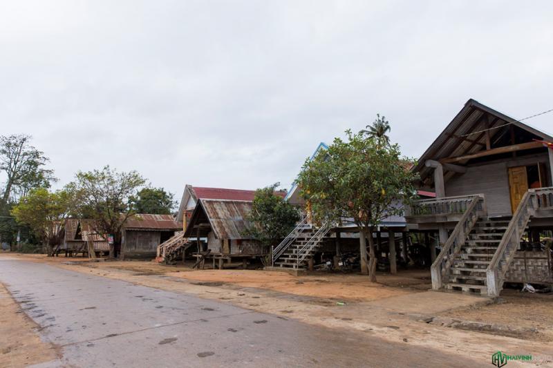 Buôn làng của người M'Nong trên đường ra bến thuyền du lịch. Ngoài một số nhà dài cổ làm bằng gỗ, tre nứa thì cũng xuất hiện những nhà dài làm bằng xi măng kiên cố, chắc chắn.