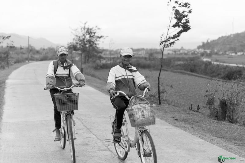 Các em đang trên đường đi học về, lúc này gió ngược khá mạnh nên việc chạy xe cũng có phần khó khăn.