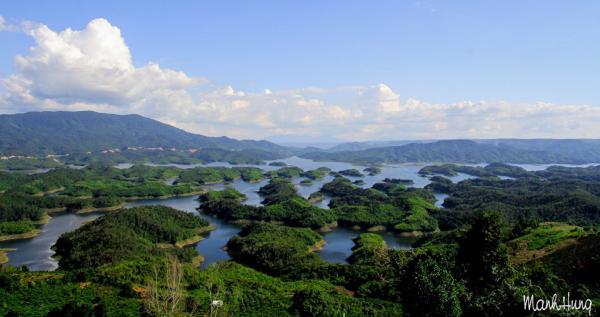 """Điểm đến tiếp theo là hồ Tà Đùng - nơi được mệnh danh """"Vịnh Hạ Long của Tây Nguyên"""". Nếu có dịp, bạn hãy thuê thuyền chở ra giữa lòng hồ tham quan và cắm trại trên đảo."""