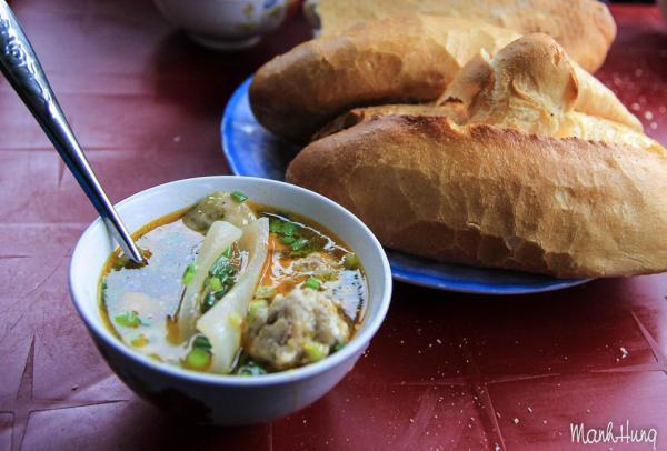 Bữa sáng ở quán bánh mì xíu mại đường Hoàng Diệu.