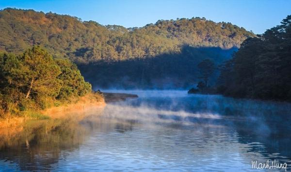 Đi chơi ở ngoại thành Đà Lạt, chúng tôi bắt gặp cảnh sương sớm hồ Suối Vàng.