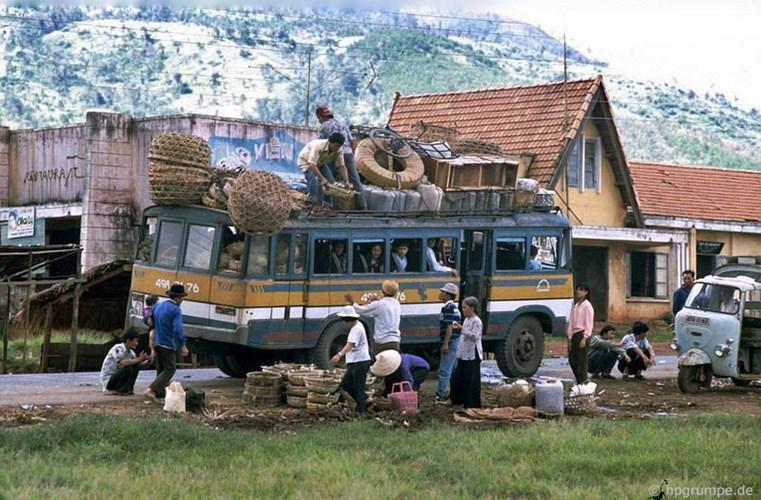 Một bến xe buýt trên đường từ Đà Lạt đến Buôn Ma Thuột. Ảnh: Hans-Peter Grumpe.