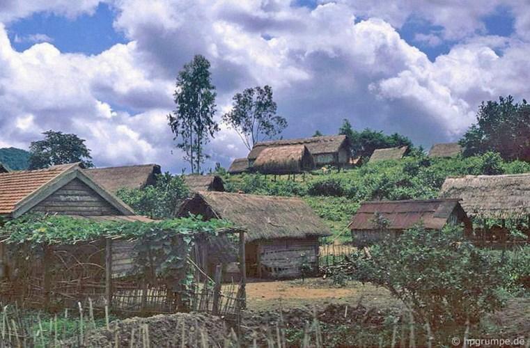 Một buôn làng của người dân tộc thiểu số Tây Nguyên. Ảnh: Hans-Peter Grumpe.