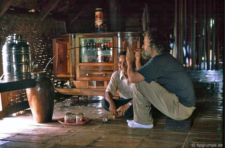 Uống rượu cần ở buôn Ako Dhong. Ảnh: Hans-Peter Grumpe.