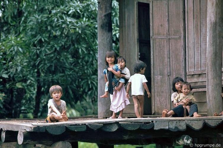 Trẻ em tại một buôn làng Tây Nguyên. Ảnh: Hans-Peter Grumpe.