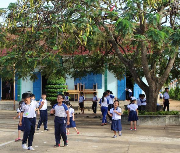 Giờ ra chơi của các em học sinh tại một trường học trên địa bàn huyện Ea Kar.