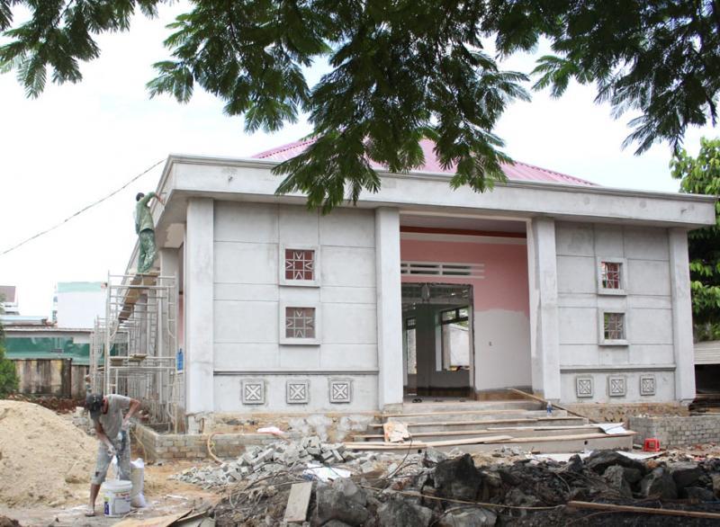 """Cơ sở vật chất của một trường học trên địa bàn huyện Ea Kar đang được xây dựng nhờ một phần đóng góp """"tự nguyện"""" của phụ huynh."""