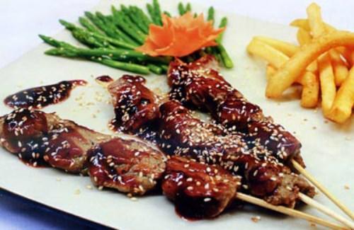 Thịt nai: Đây là món ăn có sức quyến rũ mãnh liệt với du khách khi đặt chân đến vùng đất Tây Nguyên. Hiếm có thứ thịt nào đạt độ mềm, đậm đà và ngọt như thịt nai. Ngoài ra, món ăn chế biến từ nguyên liệu không phổ biến này cũng rất phong phú như nướng, xào lăn, nhúng giấm...
