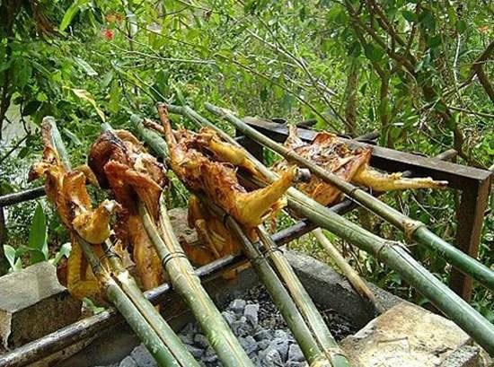 Gà nướng Bản Đôn: Để có những con gà nướng ngon, hợp lòng du khách, người dân Bản Đôn phải rất công phu nuôi chọn gà và có cách làm món riêng. Giống gà phải là gà thả vườn chính hiệu. Gà được chọn nướng là loại mới lớn, độ chừng hơn một kg mỗi con.