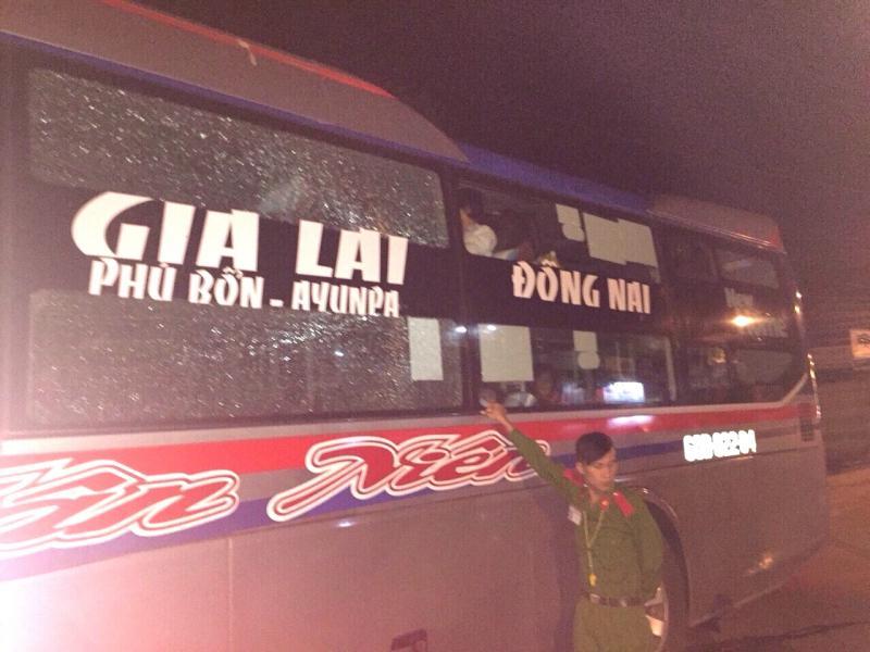 Chiếc xe khách Tân Niên bị ba thiếu niên Dũng, Trường, Vũ ném đá vỡ ô kính số 3 và 5.