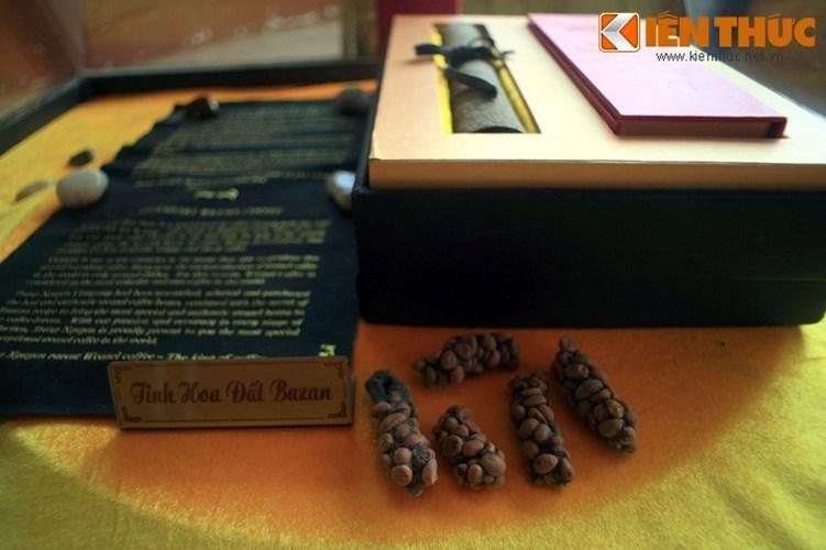Làng cà phê cũng có một khu trưng bày và bán những món quà mang bản sắc văn hóa miền cao nguyên, những đặc sản địa phương và các sản phẩm cà phê đặc biệt.