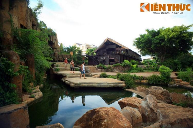 Trong làng cà phê có những dòng suối nhỏ chảy quanh, tạo cho du khách cảm giác mát mẻ, thoáng đãng.