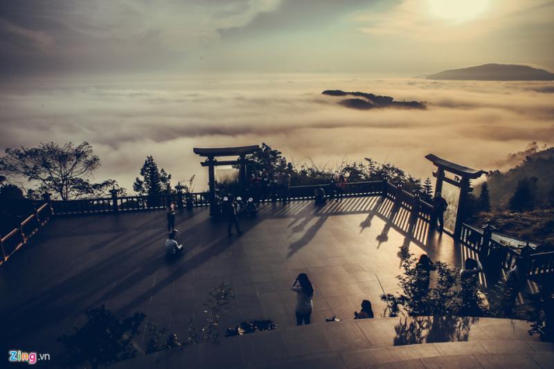 Toàn khuôn viên chùa khoảng 40 ha, địa hình kéo dài qua nhiều ngọn đồi cao bao phủ bởi những rừng cây và đồi chè, cà phê. Quán Chiếu Đường với cổng trời và sân mây được xem là chốn bồng lai tiên cảnh.