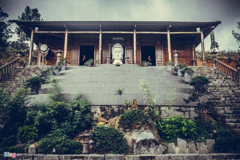 Nằm cách trung tâm Bảo Lộc khoảng 20 km, chùa Linh Quy Pháp Ấn nằm trên đỉnh đồi 45 thuộc xã Lộc Thành (huyện Bảo Lâm, Lâm Đồng). Đường vào chùa rất gian nan với những con dốc cao ngất và bề rộng chỉ chừng 40 cm, luôn là thách thức thú vị với du khách thập phương.