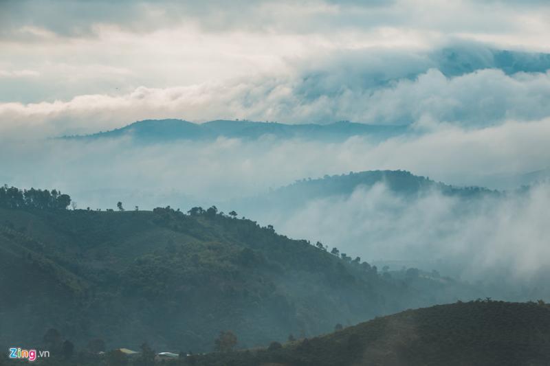 Nhìn về phía xa, mây như tràn về thung lũng.