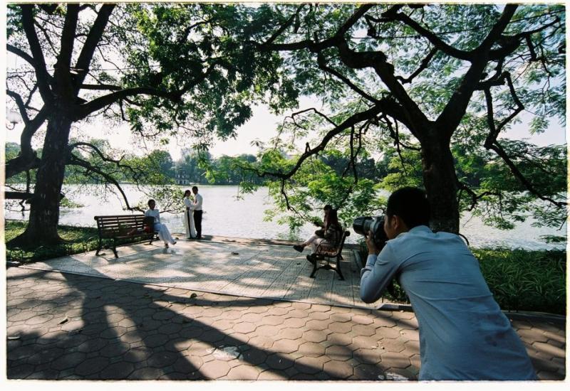 Bên Hồ Hoàn Kiếm (Khánh Hmoong / Flickr)