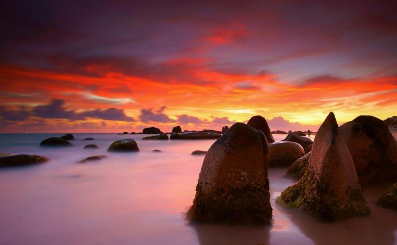 Hoàng hôn ở bãi biển Co Thạch, nơi có cảnh quan hùng vĩ với những tảng đá phủ đầy rêu (Ảnh: Lê Anh Khoa / Flickr)