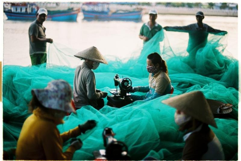 Phụ nữ đan lưới đánh cá ở Nha Trang (Ảnh: Khánh Hmoong / Flickr)