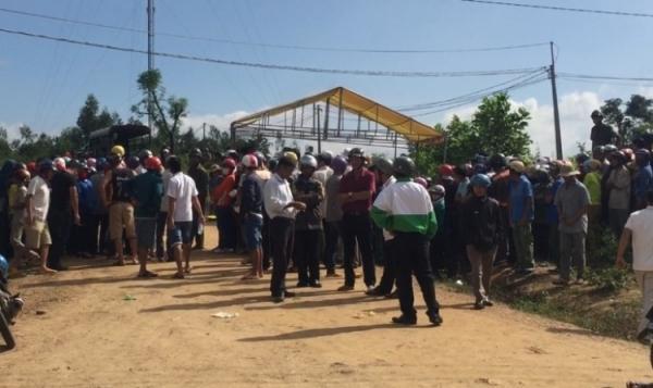 Hàng trăm người dân tập trung tại hiện trường theo dõi vụ việc.