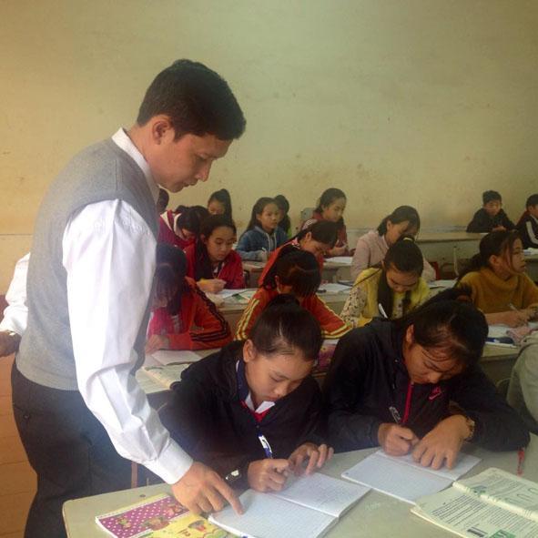 Thầy giáo Tạ Công Lâm Quốc Bảo trong giờ lên lớp.