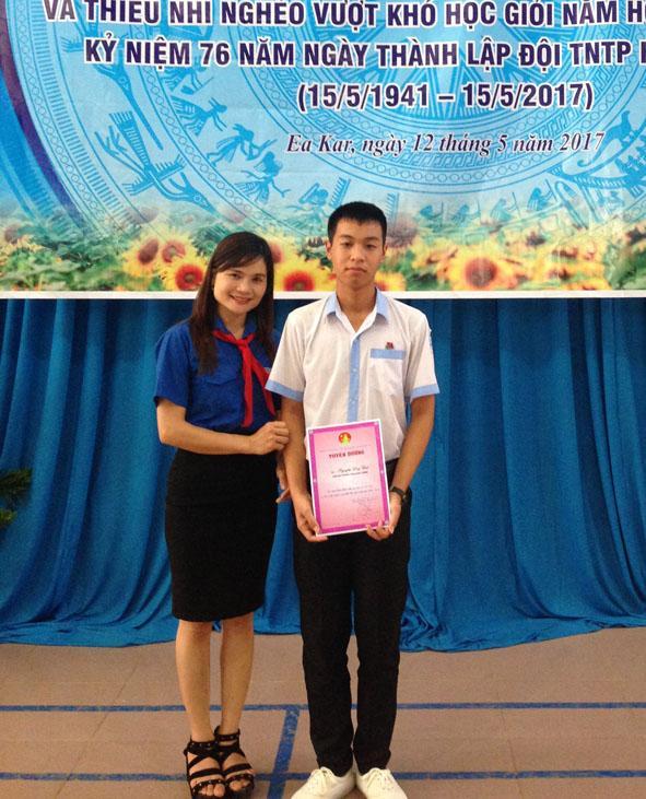 Cô Hà Thị Thúy Mai và học trò của mình trong lễ tuyên dương học sinh nghèo vượt khó học giỏi.