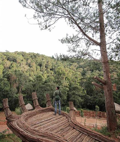 Mới đây, một địa điểm lạ đang cực hot được biết đến bởi bởi bàn tay Phật giữa rừng sâu và nhiều cảnh đẹp khiến giới trẻ tìm kiếm không khỏi tò mò, thích thú.