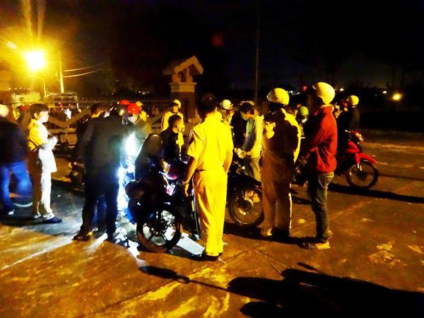 Lực lượng CSGT đang kiểm tra các xe của nhóm thanh niên này.