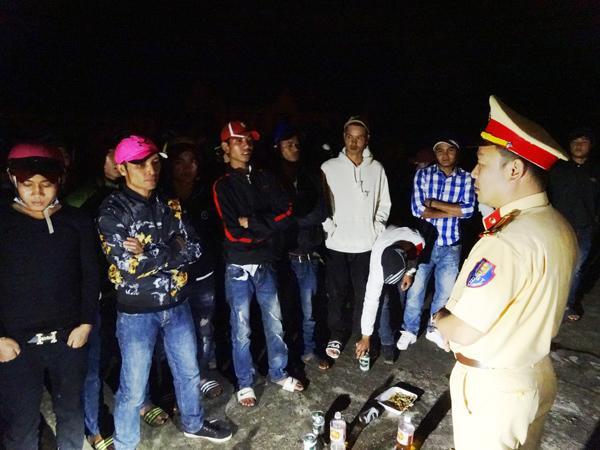 Lực lượng CSGT tuyên truyền nhóm thanh niên không nên tụ tập ăn nhậu tại khu vực nghĩa trang.