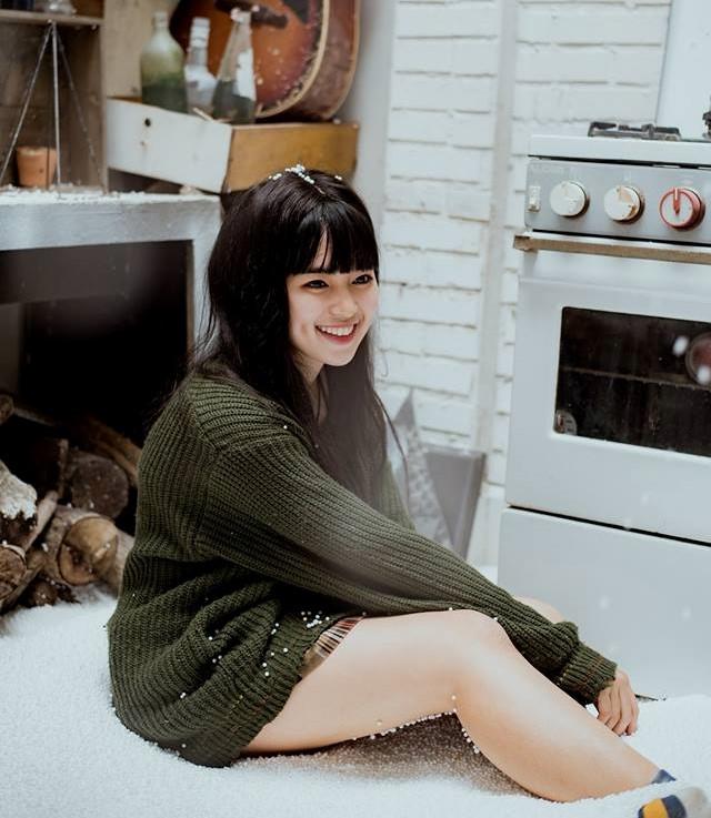 Khánh Vân từng được cộng đồng mạng biết đến qua bức ảnh chụp áo dài tại trường học cách đây khoảng 4 năm. Cô bạn gây chú ý vì có gương mặt bầu bĩnh, nụ cười tươi, đôi má lúm đáng yêu.