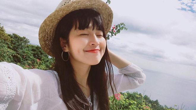 Khánh Vân cũng tham gia làm mẫu ảnh, đóng một số phim sitcom, quảng cáo. Cô bạn từng góp mặt trong MV của ca sĩ Noo Phước Thịnh và Tóc Tiên. Vân không có ý định lấn sang giải trí vì cô thích cuộc sống như hiện tại.