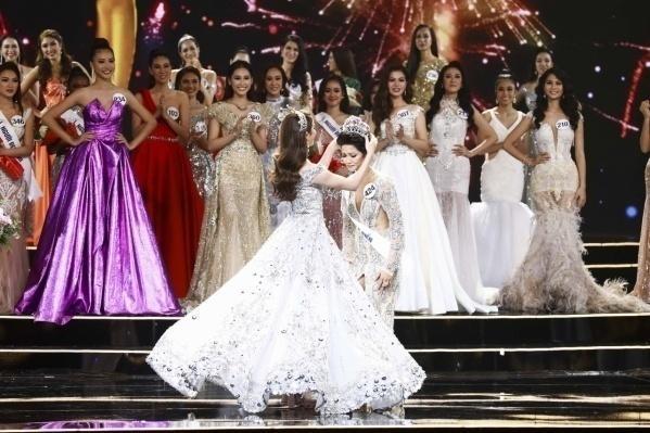 Giây phút xúc động của đêm chung kết - Người kế nhiệm H'hen Niê đăng quang Miss Universe Vietnam 2017