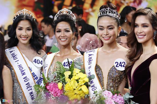 Tân Hoa hậu và các đối thủ cạnh tranh trong đêm chung kết.