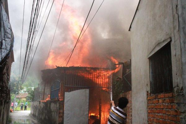 Vụ cháy lan ra cả ngôi nhà sau khi ông T tự thiêu. Ảnh: An Bình.