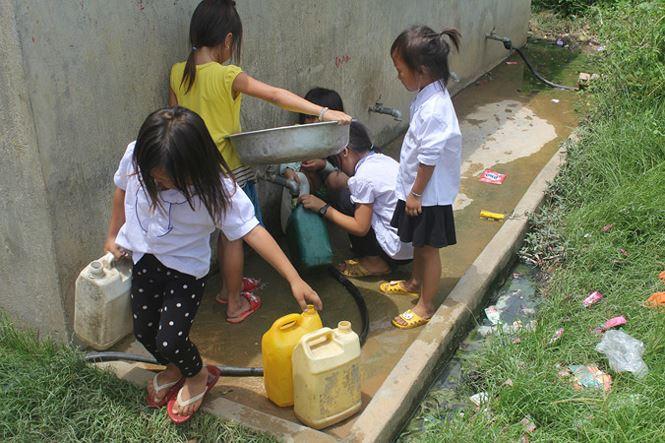 Trẻ em thôn Giang Đông phải tự lập từ nhỏ.
