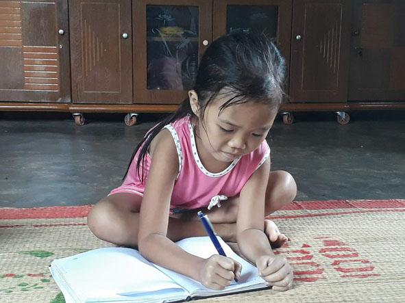 Dù mắc bệnh hiểm nghèo nhưng em Đoàn Việt Hà  rất chăm học.