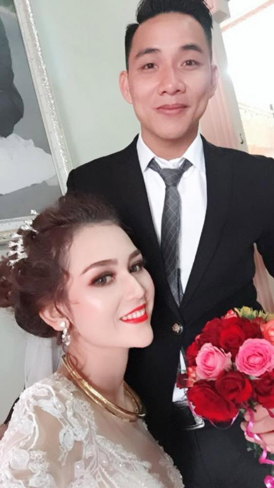 Cô dâu H Pi Nie và chồng trong hôn lễ