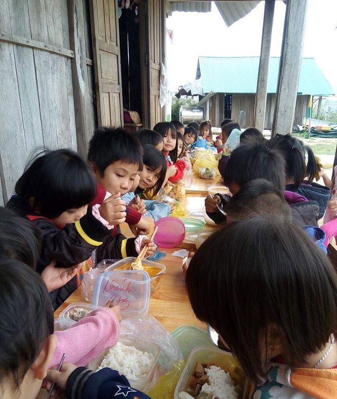 Học sinh mầm non thôn Giang Thanh ăn uống ngoài hành lang