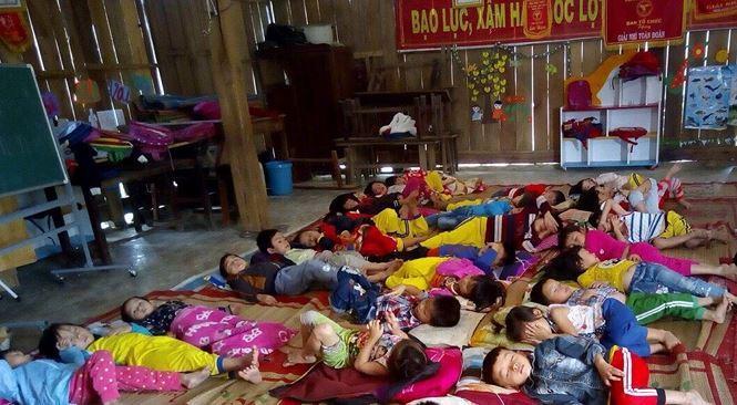 Các cháu mầm non thôn Giang Thanh ngủ trưa sau giờ học tại hội trường thôn.