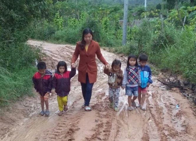Đường đến trường của học sinh mầm non thôn Giang Thanh