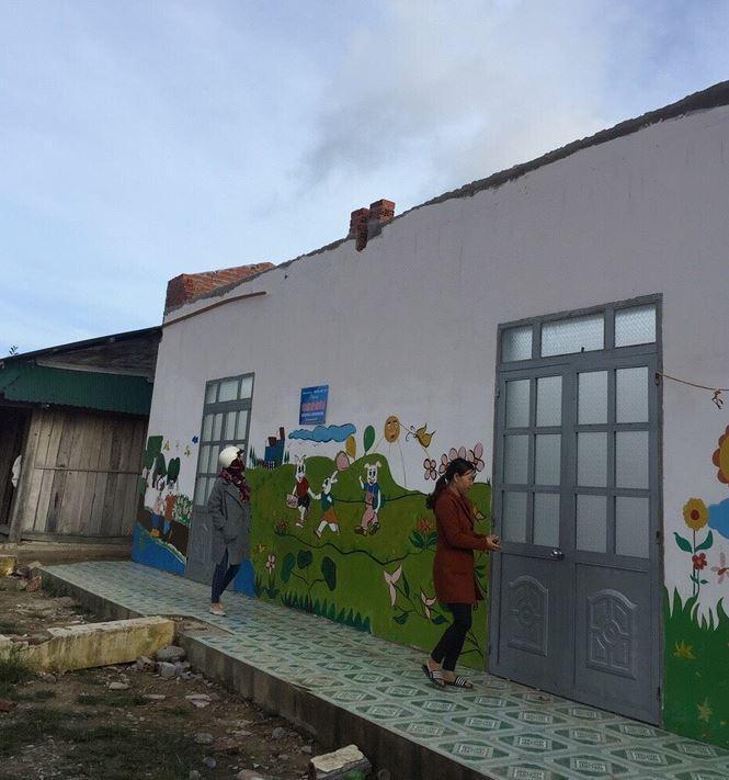 Ngôi trường mới xây cho học sinh thôn Giang Thanh đã bị bão làm tốc mái, sập trụ