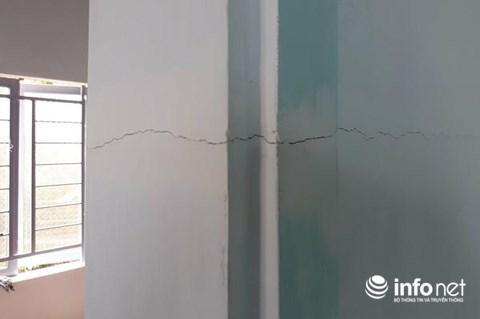 Vết nứt toác xuất hiện trên tường ngăn giữa phòng khách và phòng ngủ