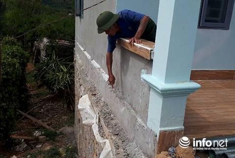 Ông Mỵ cho rằng, tường bị xây lệch so với móng