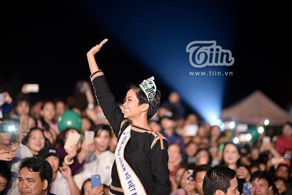Người đẹp vẫy tay chào khán giả xung quanh