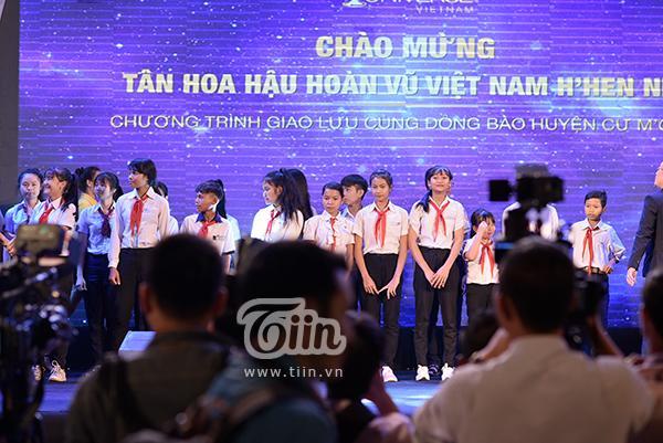 Các em học sinh xuất sắc chờ đợi những phần quà từ Hoa hậu