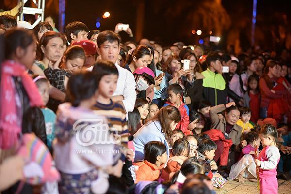 Hàng nghìn người dân tới lắng nghe buổi nói chuyện của người đẹp