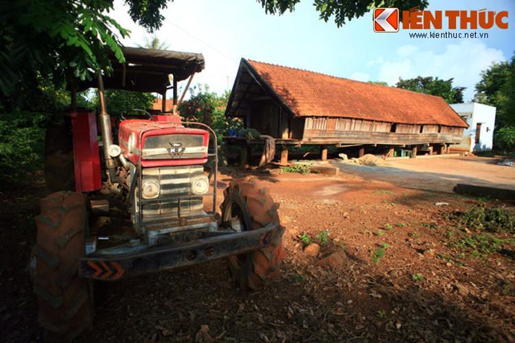 Buôn Ako Dhong (thường gọi là buôn Cô Thôn) là một buôn làng độc đáo nằm giữa lòng thành phố Buôn Ma Thuột. Với hàng chục nếp nhà sàn được xây dựng theo lối truyền thống, Ako Dhong được đánh giá là buôn duy nhất hiện giờ còn giữ được dáng dấp, nét độc đáo của một buôn làng người Êđê.