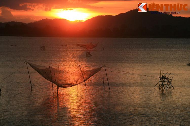 Nằm bên thị trấn Liên Sơn, thuộc huyện Lắk, tỉnh Đắk Lắk, hồ Lắk là một thắng cảnh nổi tiếng bậc nhất của Tây Nguyên. Có diện tích rộng trên 5 km², đây là hồ nước ngọt tự nhiên lớn thứ hai Việt Nam sau Hồ Ba Bể. Bên hồ có nhiều buôn làng của người dân tộc M