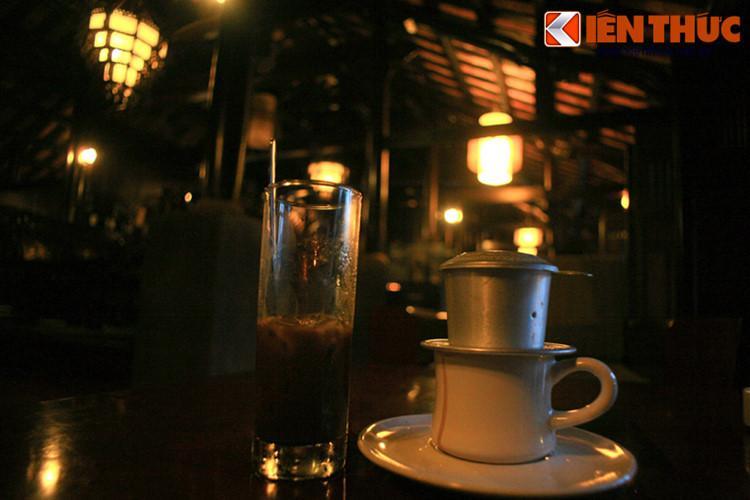 Nằm ở phía Tây Bắc TP Buôn Ma Thuột, tỉnh Đắk Lắk, làng cà phê Trung Nguyên là một địa điểm du lịch nổi tiếng với không gian văn hóa đặc sắc của Tây Nguyên. Với diện tích 20.000m2, đây là nơi thưởng thức những ly cà phê Ban Mê trứ danh trong những khoảng không gian độc đáo mang đậm bản sắc Việt.
